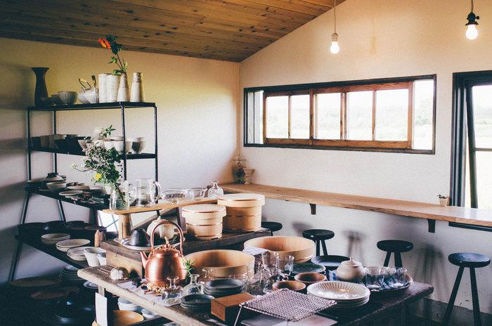 販売されている日用品や食品などは、全てお店のスタッフが日々使っているものばかり。食と生活双方の面から、自分たちが心からよいと思うものを販売しているそうです。お店独自の視点で選ばれたアイテムたちはどれも、耐久性に優れシンプルで、生活に違和感なく溶け込んでいくものばかりです。
