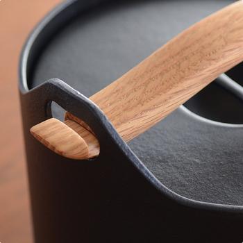 流線型の美しい天然木の持ち手と重厚な鋳物鉄の鍋。異素材の組み合わせが絶妙なスタイリッシュなデザインも魅力です。取り外しOKな温もり溢れる木の持ち手を使って、アツアツのフタを開けることもできます。