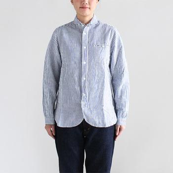 maillot(マイヨ)のストライプワークシャツ。普通のシャツと違い、丸襟で女性らしく、裾も丸みを帯びさせるなどの工夫がしてあります。女性らしいフォルムが可愛らしいですね。