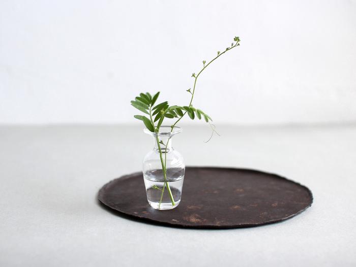 口の広がったフォルムは、花だけでなく草花やツルの長いものでもバランスよく見せてくれます。また首回りに紐をくくれば吊り下げ花器としても使え、アレンジの幅が広がります。