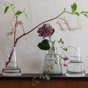 24cmも首の長さ違いの3タイプ。カラーは「ショート」が「スモーク」、「ミディアム」「ロング」がクリア。活けるのが難しい枝ものや、大きな花、長いツルも、すんなり受け止めてくれます。