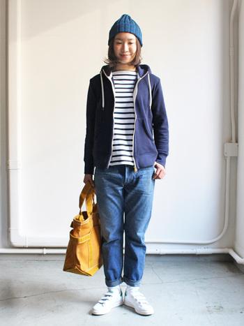 紺色のパーカーとボーダーTシャツで爽やかに。普段使いにピッタリのスタイル。