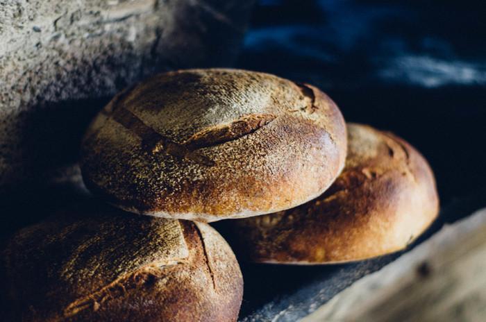 薪窯で焼かれた究極のシンプルなパン『みまきカンパーニュ』。「わざわざ」の人気商品です。ライ麦全粒粉15%、全粒粉15%配合で口当たりも軽く、酸味も控えめの食べやすいカンパーニュ。材料はシンプルに小麦粉と塩と水だけ。飽きのこない、毎日食べたい味です。