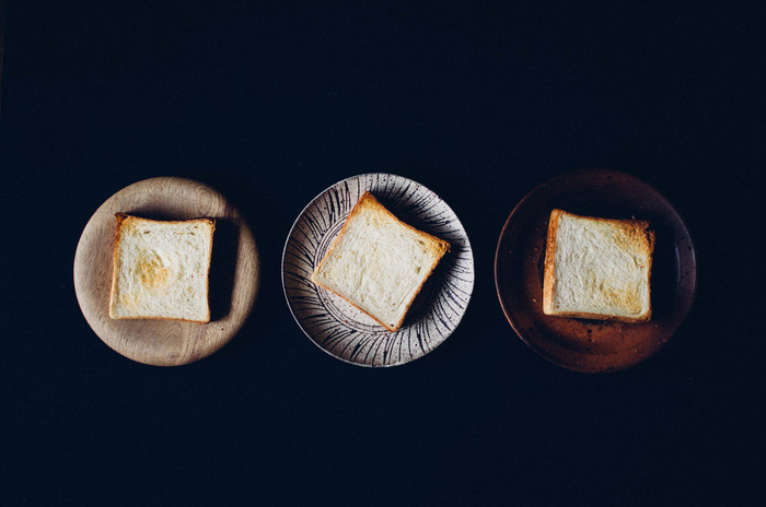 リッチな味わいが人気の食パン『角食』です。角食に使う牛乳は、近所の牧場で採れた搾りたてのもの。塩はフランス産のゲランド塩、バターは発酵バター、砂糖は沖縄の洗双糖が使われています。こだわりの材料でつくられたパンは絶品のおいしさです。