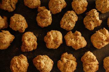 サクサクとした食感がおいしい『全粒粉のスコーン』。北海道十勝産の小麦粉と長崎県のなたね油と発酵バター、長野県産のヨーグルトという厳選された国産の材料で作られています。甘さ控えめなので、お食事にもいただけます。
