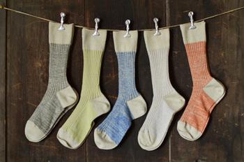 カラフルさが楽しい『わざわざオリジナルリネン靴下2015』。地元・長野県内の靴下製造会社と共に、試作を何度も繰り返し作り上げた丈夫な靴下です。足にフィットするような編み方をしてあるので、リネンの靴下にありがちなズレを軽減。履き心地バツグンなリネンの気持ちよさを味わいたいですね♪
