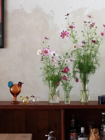 100mm、180mm、245mmの3点セットです。同じ花を活けて三つ並べるのもよし、別々の場所に置いてもインテリアに統一感が出ます。また活け始めは茎を長めにして245mmを、日を追う毎に茎を切って花瓶のサイズも変えていけば、花も長持ちし、雰囲気も変わって長く楽しむことが出来ます。