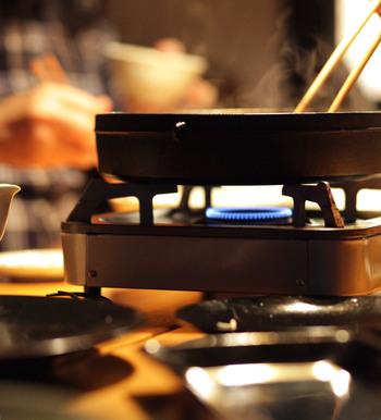 """最後にご紹介するのが""""和の鍋""""。1792年から刃物を中心とする生活の道具を取り扱う東京・日本橋の老舗「木屋(きや)」の鋳鉄製「すき焼き鍋」。"""