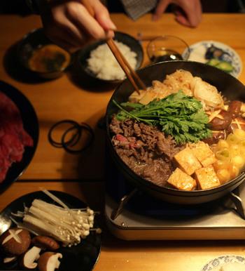 鋳物の鉄鍋は熱をたくさん蓄えてくれるので、食材をたっぷり入れても温度が下がりにくく、食材を継ぎ足しながらいただくすき焼にとても適しているんです。 また、鋳物鉄なので洗剤でのお手入れも要りません!たわしでゴシゴシ、あとはお湯で洗い流すだけ。使うたびに鉄鍋が育ち、すき焼きもどんどん美味しくなっていくんです。