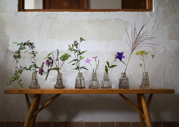 首の長さ違いで「ショート」「ミディアム」「ロング」の3タイプ、カラーは「クリア」「スモーク」の2色。どんなタイプの花たちも、この通り素敵な佇まいに。