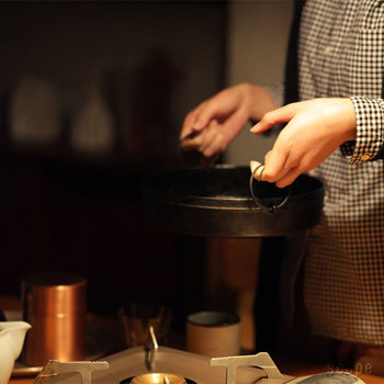 茶釜の両耳に使われる「鐶(かん)」を取り入れた、シンプルで使い勝手の良いデザインも魅力。スムースに取り外しができる鉄の鐶があれば、どんなに熱い鉄鍋も簡単に運べます。火にかける時には鐶を外して、運ぶときにまた取り付ける。現代ではあまり見られなくなった鐶には、先人の知恵がしっかり活きています。