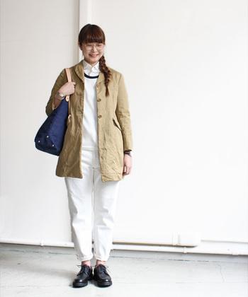 今年の春大注目のホワイトコーデ♪ホワイトだけでまとめるのではなく、コートにベージュを合わせたことで、バッグや靴の色とも馴染んでいます。