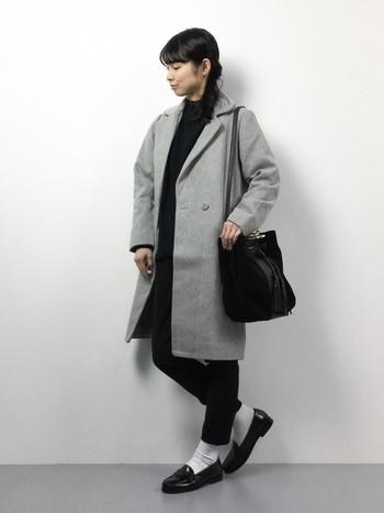 大人気のグレーはチェスターコートでも人気です♡モノトーンで揃えたコーデも、さらっとグレーのチェスターコートを羽織るだけで、一気にイマ風になりますね。