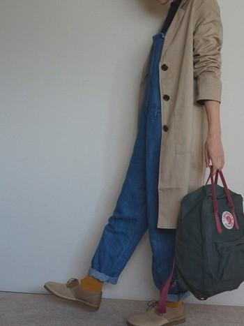 スプリグンコートもチェスターが着たい!そんな人におすすめなのが、ちょっぴり長めのベージュのチェスターコート。オーバーオールやデニムとの相性もいいんです♡