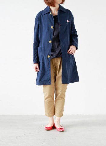 すっきりとしたシルエットのナイロンタフタ素材のコート。 薄手でとても軽いので、ロングだけど気軽に羽織れます。 大人っぽさがあり、パンツスタイルもどこか女性らしい印象です。