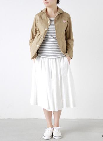 高密度コットンを使用した丈夫なラウンドカラージャケット。 ナチュラルなシワ感見られ、着こなしにアクセントを加えてくれます。 ふんわりしたスカートスタイルx白スニーカーで可愛らしいコーデはデートにも好印象♪