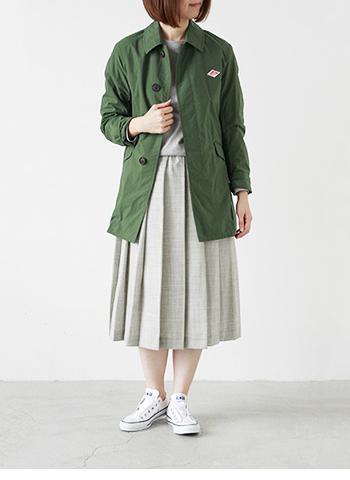 こちらは色違いのカーキグリーン。 絶妙な着丈でミディアム丈のスカートもバランスよくまとまってくれます。 ミリタリー感が強くないシックなカーキ色は洗練された印象です。