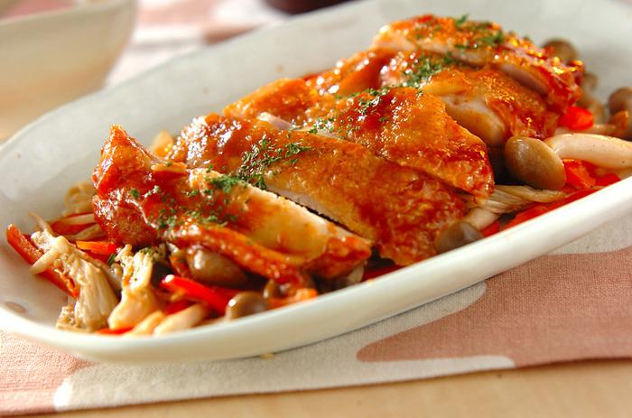 こんがりと焼いた鶏もも肉の焼き色がとても美味しそうなひと皿。鶏もも肉からでる油をふき取ることで、カロリーも抑え気味です。シンプルな美味しさが楽しめそうですね。