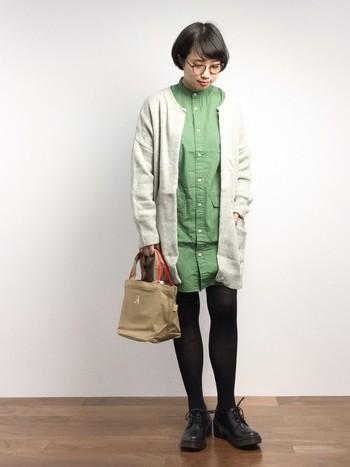 若草のような優しい緑のシャツドレス。