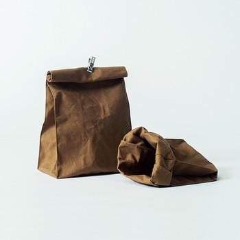 「お店の紙袋」をそのまま帆布でつくった「ROLL TOP」。パンや野菜を入れるエコバッグにしたり、バックパックのインナーに使ったり、珈琲やお菓子などのプレゼントを入れて渡したり…汎用性抜群!