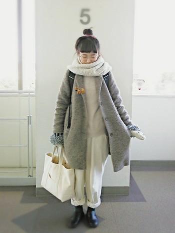 スヌードにミトンのあったかアイテムをあわせて、防寒対策もおしゃれに♪ コートの下は白のワントーンで整えているので、小物などとのバランスも◎