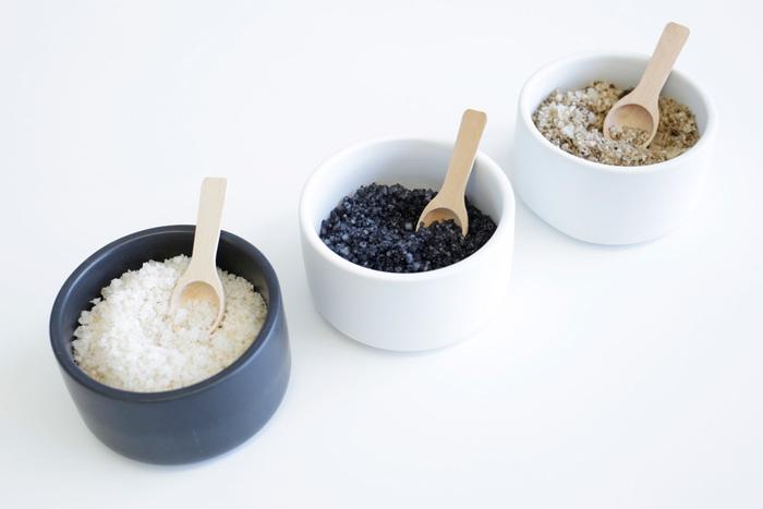 かわいらしい木製のスプーン付きで、調味料を入れたり、粉末洗剤や重曹を入れたりするのに最適。小物をしまっても良いですね。カラーはブラックとホワイトの二色。砂糖と塩など、見分けにくい調味料を色で分けて保存できます。
