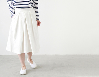 ■Piu di aranciato DMG Brocante│フランセーズタック入りスカート  フロントのタックが立体的に折り重なり、ふんわりとしたシルエットを作る軽やかなスカート。 シャツやカットソー、ニットなど、どんなトップスとも相性が良く、カジュアルなコットン素材でありながら、レディにも着こなせるうれしい1着です。ゴムウエストで楽な着心地もうれしいポイント♪