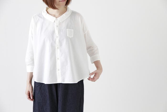 """■Piu di aranciato Ordinary fits│コットンワイドシャツ""""BAR BAR SHIRT""""  着るだけでふんわりやさしい気持ちになりそうなワイドシャツは、小さな襟と左胸の小さなポケットがアクセント。丸みのあるディテールで、女性らしさを存分に味わえる1着です。ボトムスにすっきりとしたアイテムを合わせるとシャツのエアリー感が引き立ち、バランス良く着こなせますよ。"""