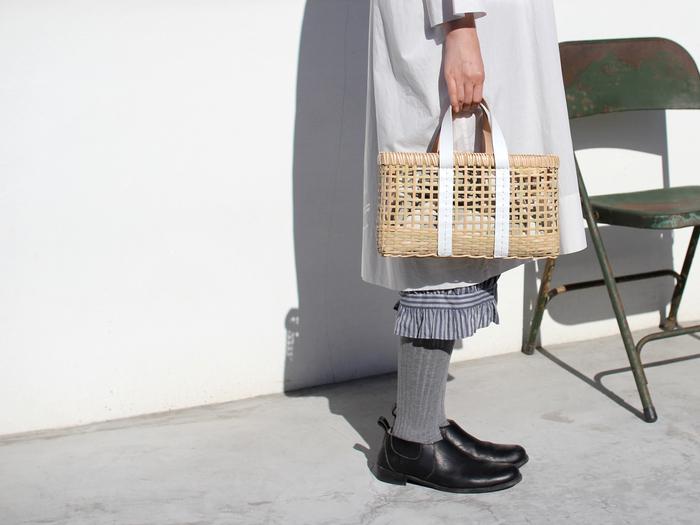 ■CDC webstore warang wayan|amiami(横長)  手仕事の風合いがあたたかなカゴバッグは、格子状に編みこんだ竹にレザーの持ち手を組み合わせた、大人っぽい佇まいが魅力。透け感のある涼しげな表情はこれからの季節にぴったりで、夏は浴衣と合わせても素敵です。内側にあずま袋やお好みの布を入れて、色や柄を楽しむのもおすすめ。