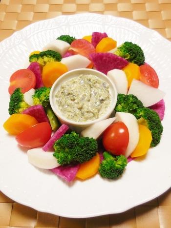 塩麹、焼き海苔、生クリーム、にんにくおろし、オリーブオイルを混ぜ合わせたお洒落なソースです。トマトや人参、大根、ブロッコリーなど、色とりどりの温野菜とあわせることで、見た目も美しい一品に仕上がります。