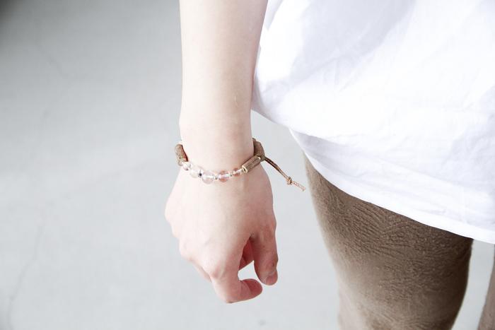 ■Piu di aranciato yasuhide ono│ホーリーバジルクリスタルブレスレット  透明感のあるクリスタルと、ナチュラルなホーリーバジルの組み合わせが軽やかなブレスレット。ハンドメイドならではの繊細なデザインとぬくもりある素材感は、大げさなジュエリーが苦手、という方にもおすすめです。手首を見せる季節に、さりげないきらめきをぜひ纏ってみてくださいね。