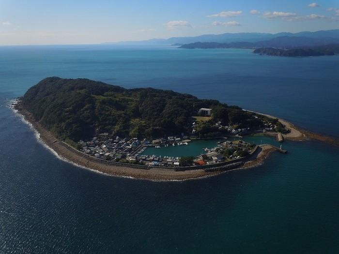 徳島県牟岐町(むぎちょう)、牟岐港から連絡船で約20分の距離にある出羽島(てばじま)。人口わずか百数十人、車の一台もないというこの島にも、丁寧な手仕事を手がける帆布工房があります。