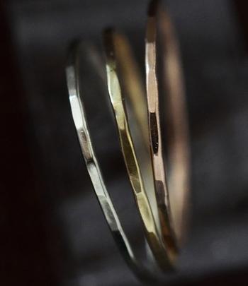 ハンマーを叩いて生まれるわずかな角張りが、指を動かすたびに繊細なゴールドの輝き見せてくれ、さりげない存在感をアピールしてくれます。リングの外側は手仕事の温もりがあふれていますが、指に触れる内側は滑らかな仕上がりなので心地よい着け心地を味わえます。 ひとつひとつ違った表情を見せるゴールドのリングは、左からホワイトゴールド、イエローゴールド、ピンクゴールドの3色。
