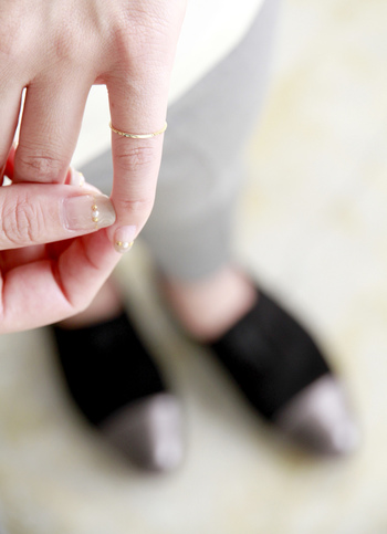 チェーンリングは、普段愛用しているリングよりも少しだけ余裕のある号数を選ぶのが◎ ほんの少しだけでも、ゆるめのリングの方が着脱も楽ですし、揺れ感が多少ある方が、指元をよりほっそり美しく見せてくれるんです。「リングのゆとりが苦手…」という方は、やはり普段お使いのサイズをおすすめします。