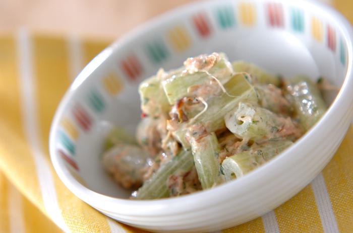 これからが旬のフキ。マヨネーズ入りの梅肉ダレで美味しくいただきましょう。フキの葉が残ったら佃煮にしてもいいですよ。