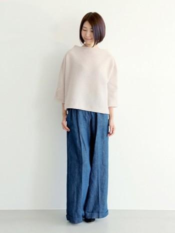 モヘアのドルマンスリーブボトルネックニットは大人っぽく柔らかい雰囲気で着るのが◎ ワイドパンツならさらに今年っぽいですね♪