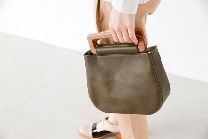"""■Piu di aranciato Yuruku│2Way スモールメトリーバッグ """"metry bag S""""  どこかお母さんが使っていたようなノスタルジックな趣を醸すYuruku(ユルク)のハンドバッグ。レザーを切り出すところからウッドハンドルまで全ての行程を手作業で仕上げたバッグは、特別な日のおめかしスタイルにぴったり。和装にも合いそうですね。取り外しできるストラップ付きで、ショルダーバッグとしても使用できます。"""