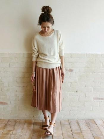 ナチュラルカラーのギャザースカートと、上質なリネンセーターのコーデ。女性らしい優しい雰囲気と抜け感をバランス良く取り入れたキレイめコーデ。