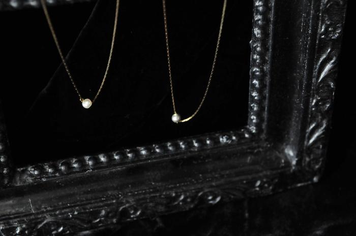 ■Piu di aranciato CERASUS│1粒パールネックレス  金色のしなやかなチェーンに小粒のパールを一粒。フォーマルにもカジュアルにも使える一粒パールのネックレスは、人と差がつくアンティーク風のデザインを選ぶのが正解。艶のある淡水パールは一粒一粒形が違うため、出会った1本があなただけのオンリーワンに。春のお出かけやお呼ばれのシーンにぜひどうそ。