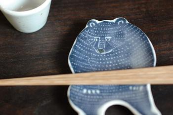 冒頭でご紹介したクマのお皿。豆皿(青)・小皿(茶)・中皿(緑)と3種類のサイズがあります。