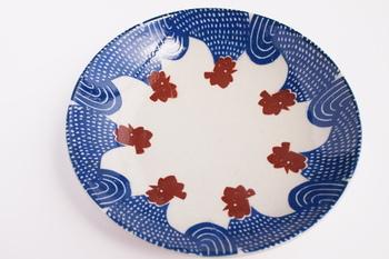 一番大きな【七寸皿】。ニワトリの群れが描かれています。赤のトサカが映えますね。カレーやパスタ、ワンプレートなどにちょうど良い大きさです。