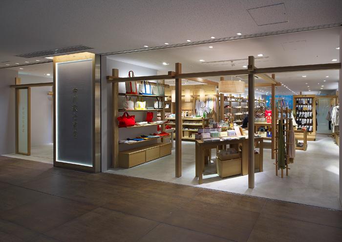 内装と什器のデザインを手がけた「中川政七商店」の店舗。ショップスタッフが道具のようにお店そのものを使いこなすことができるように、とのコンセプトで設計されています 撮影 / Yasunori Shimomura