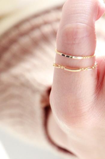 身に着ける人の年齢や流行に関係なく、どんなスタイルにも合わせやすい上品なゴールドの華奢リング。シンプルなデザインの指輪は、1つ着けではすっきりきれいに美しく、また、同じような細さのリングとの重ねづけもおすすめです。  いつまでも色あせることのないゴールドの輝き、手元に視線を落としては、思わずうっとりしてしまうほど繊細で美しいリングは、あなたの魅力をそっと引き立ててくれる大切な存在になるでしょう。