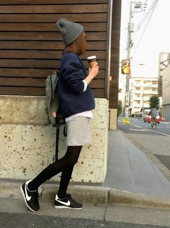 スニーカーや、リュックとスポーツテイストのアイテムをたっぷり取り入れて♪まだ肌寒い時季は、こんな感じでタイツを履いて防寒すればお出かけにもぴったりなコーデです。