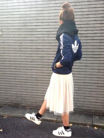 ブルゾンとスニーカーのボーイズライクなアイテムには、女性らしいふんわりスカートを合わせれば可愛く着こなせますね。