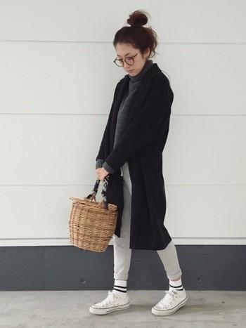 スウェットパンツにラインソックス、スニーカーのカジュアルなスタイルにかごがよく似合っていますね。ミックスコーデを存分に楽しんでいるようなコーデです♪
