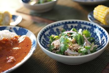 ちょっと深さのある【なます皿】。サラダや取り皿などに便利です。ちらりと見える「たんぽぽ」の絵柄がとってもキュート。