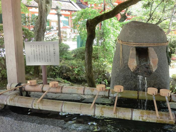 """「上賀茂神社」の手水舎の水は、神代の昔から湧き出る湧水です。御祭神が降臨した""""神山""""のくぐり水を汲み上げています。2015年の式年遷宮に際しては、AGFが""""神山湧水珈琲""""を協賛したことでも話題になりました。(事業は終了)"""