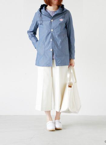 淡いインディゴカラーが爽やかな印象のフードジャケット。 首元のボリューム感が可愛く、ミディアム丈のパンツもすっきりと着こなせますね。 ジャケット以外はホワイトでまとめて、トレンド感をプラスした春らしいレジャースタイルに。