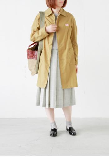 こちらは色違いのベージュカラー。 ミディ丈のスカートにも合う着丈で細身のシルエットなので、バランス良く着こなせます。